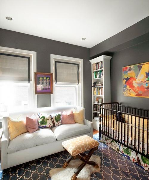 Стильный интерьер спальни с детской кроваткой