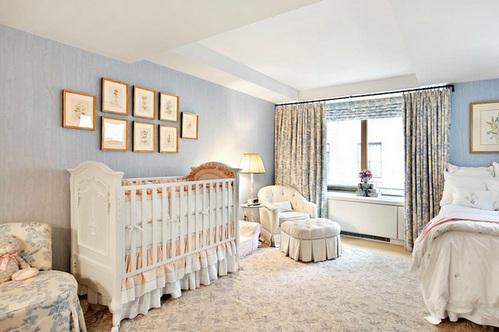 Дизайн спальня с детской кроваткой