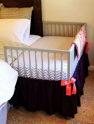Удобная детская ковать вплотную прилегающая к родительской кровати