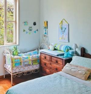 Голубой цвет и винтажные вещи в комнате с детской кроваткой