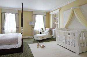 Роскошно оформленная спальня для родителей и ребенка