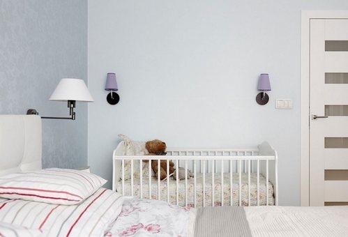 Небольшие ночные светильники над детской кроваткой
