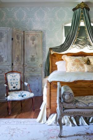 Деревянная кровать в Французском стиле в спальни