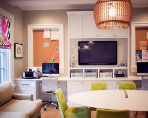 Интерьер детской комнаты с письменным столом