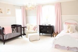 Спальня в молочно-розовых тонах с темной мебелью