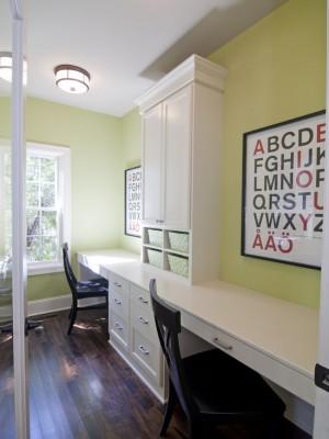 Длинный многофункциональный письменный стол в небольшой детской комнате