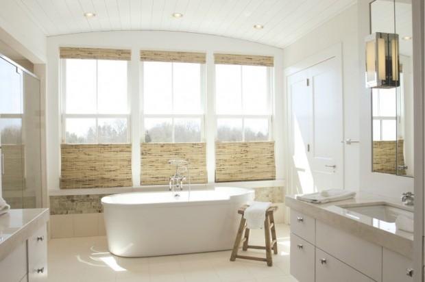 Светлая белая ванная комната в стили минимализм