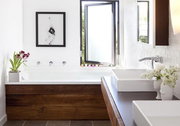 Стильная ванная комната с элементами дерева