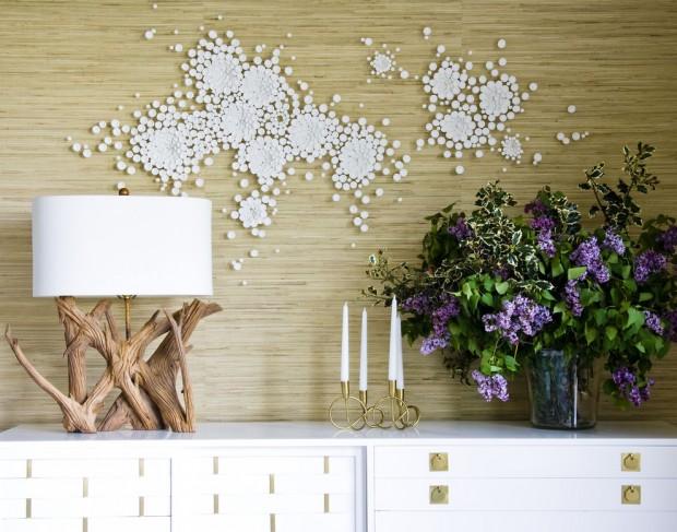 Сочетание светлых бамбуковых обои с элементами декора