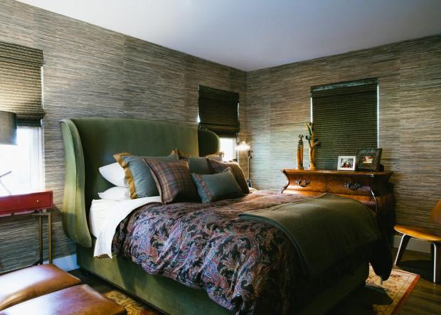 Сочетание темных бамбуковых стен с зеленой мебелью
