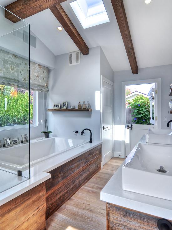 И снова таки дерево в белой ванне, только на этот раз с грубой фактурой и массивными балками