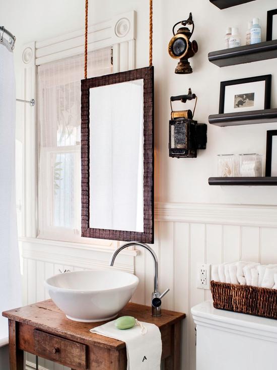 Белая ванная с деревянными элементами декора в стиле модерн