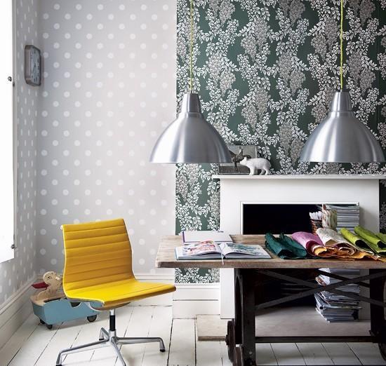 Комбинирование цветастых серых обоев в гостиной