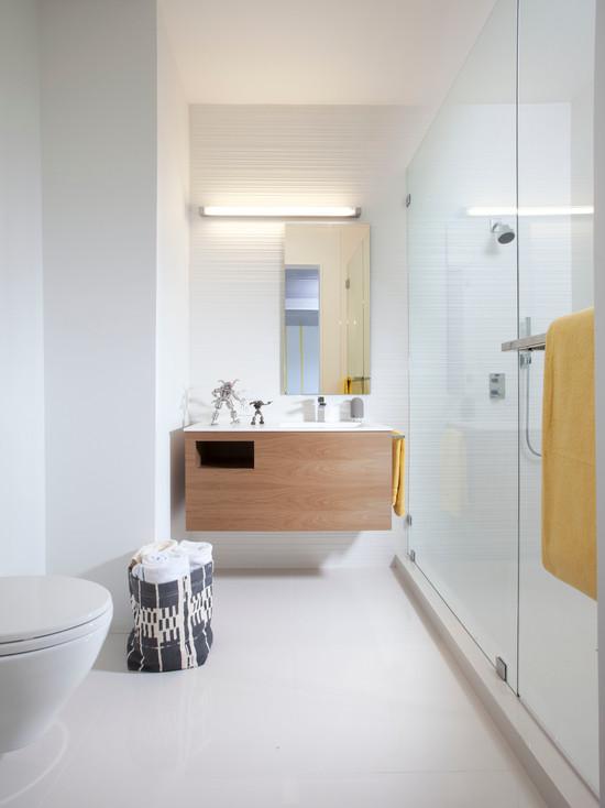 Дерево в белой ванне создает атмосферу тепла и свежести