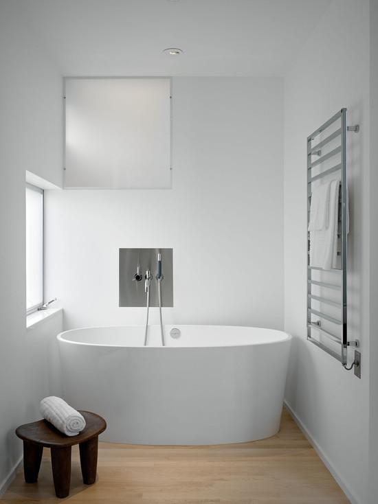 Белая ванная комната в минималистическом стиле
