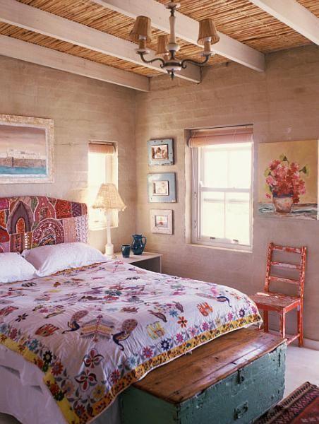 Спальня в деревенском стиле с элементами бохо