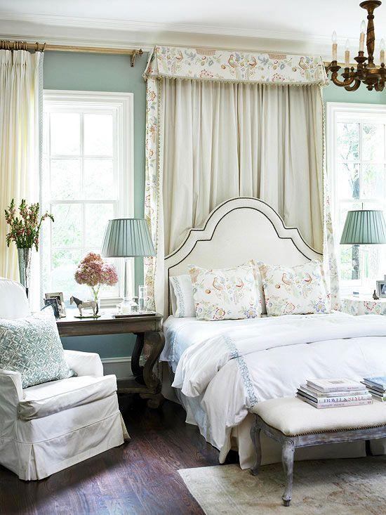 Шикарная спальня в бело-голубом цвете