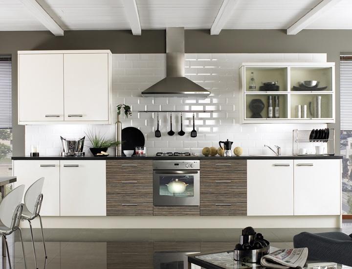 Небольшие вставки под зебрано на белой кухне
