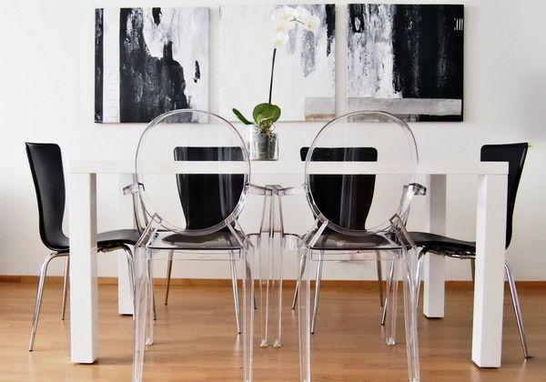 Прозрачные стулья на черно-белой кухне