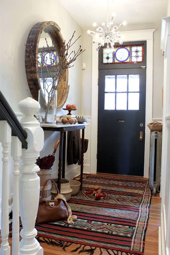Прихожая в деревенском стиле с черной дверью