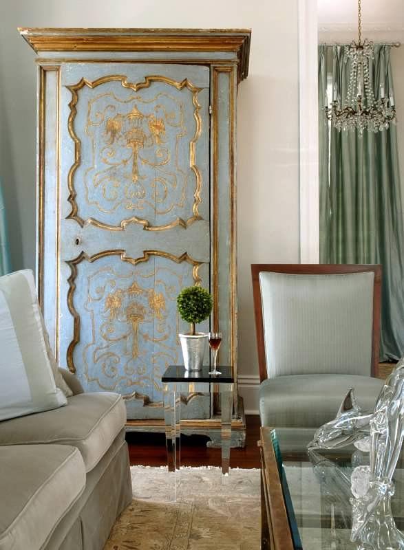 Богемный интерьер гостиной в голуба-золотом исполнение