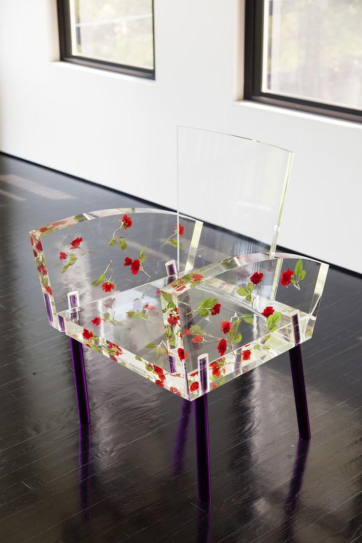 Прозрачный стул расписанный цветами
