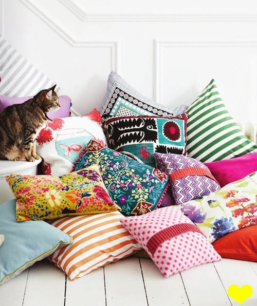 Неотъемлемая часть бохо стиля - яркие подушки