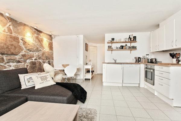 Фото большого углового дивана на кухне приспособленное под спальное место