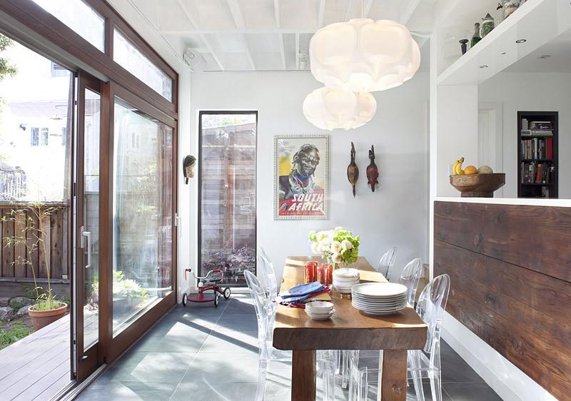 Прозрачные стулья на деревянной кухне