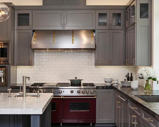 Фото: зеленая стена и кухня зебрано