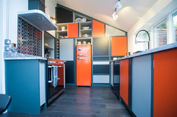 Интерьер кухни в сине-оранжевом сочетании