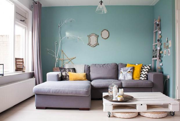 Бирюзовая гостиная в хай-тек стиле с серым диваном