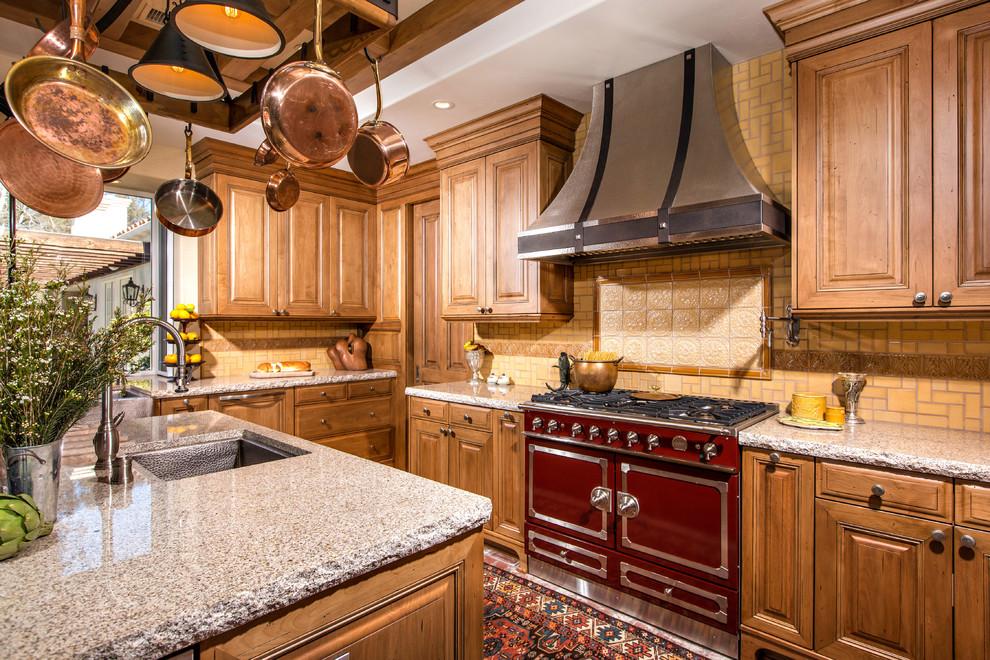 Классическая кухня из дерева с бордовой плитой