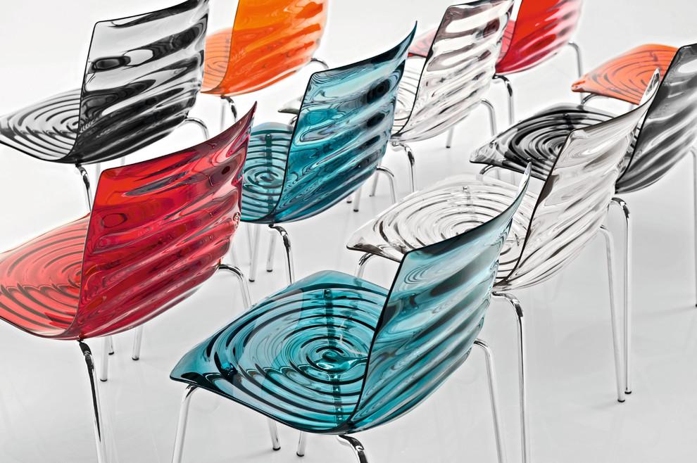 Разноцветные прозрачные стулья
