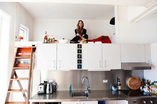 Импровизированный второй этаж с спальным местом над кухонной мебелью