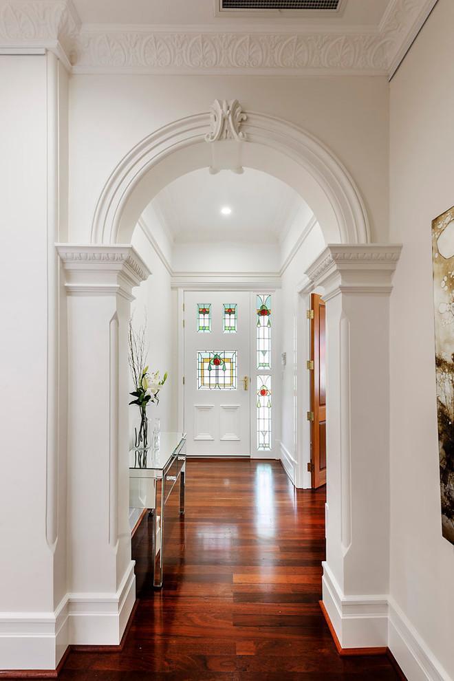 Светлая прихожая с красивой входной дверью