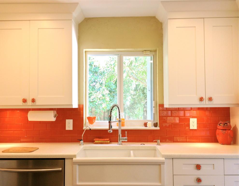 Оранжевый фартук на белой кухне