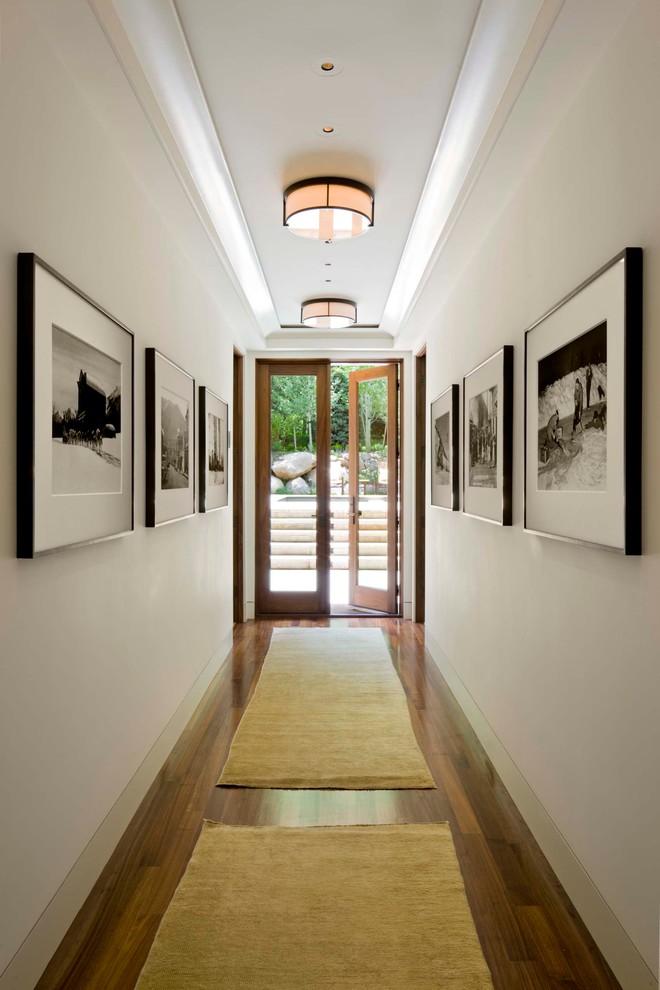 Вытянутый светлый коридор