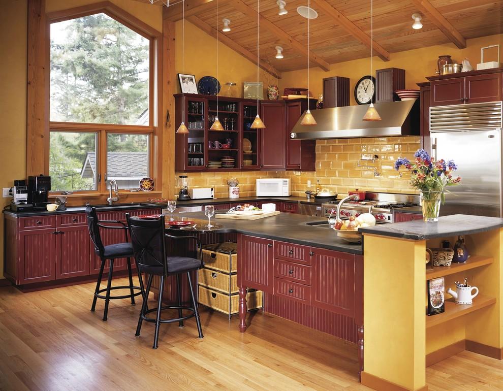 Сочетание оранжевого и бордового цвета в интерьере кухни