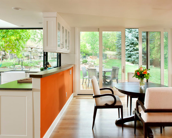 Черная мебель в интерьере кухни оранжевого цвета
