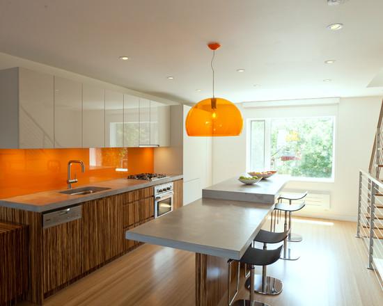 Теплое сочетание дерева, белого оранжевого цвета