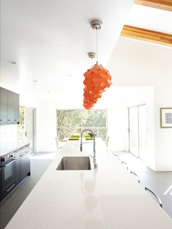 Оранжевые люстры над рабочей поверхностью столешницы