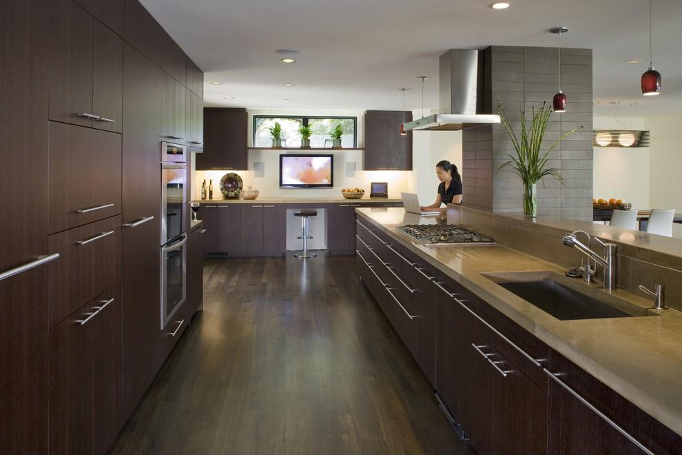 Сочетание дерева, белого и оранжевого цвета в интерьере современной кухни