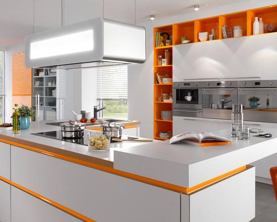 Оранжевый декор ниш и граней в интерьере светлой кухни