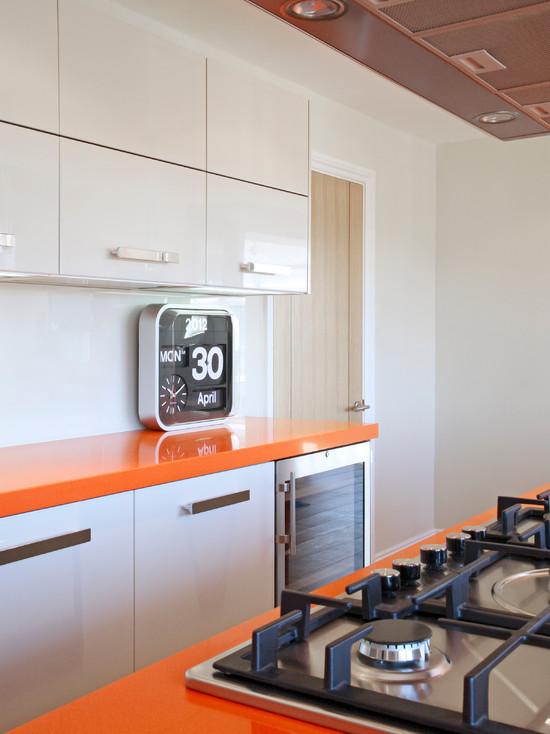 Оранжевая столешница на белой кухне