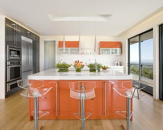 Фото: современная кухня с мебелью оранжевого цвета