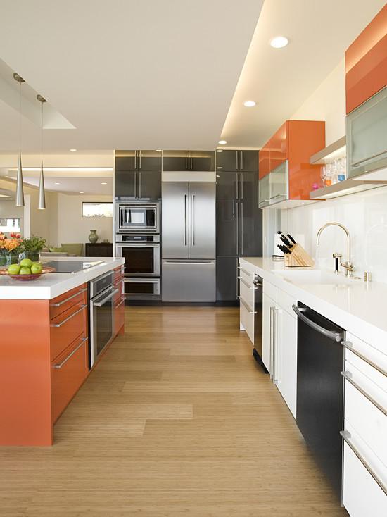 Сочетание черного и оранжевого в интерьере кухни