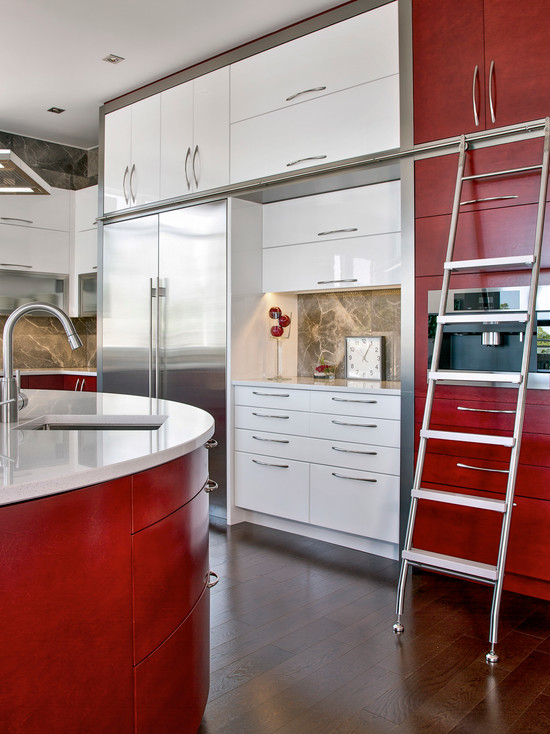 Сочетание белого и бордового цвета в интерьере кухни