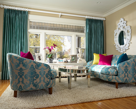 Фиолетовые подушки как декор бирюзовой гостиной