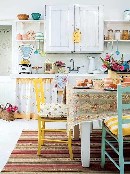 Кухонный интерьер в стиле бохо с разноцветными стульями